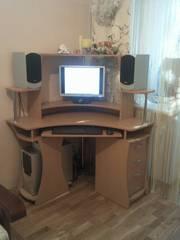 Компьютерный угловой стол в отличном состоянии